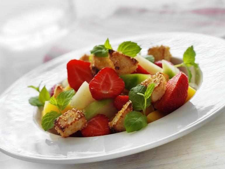 Frugtdessert med bagte marcipantern