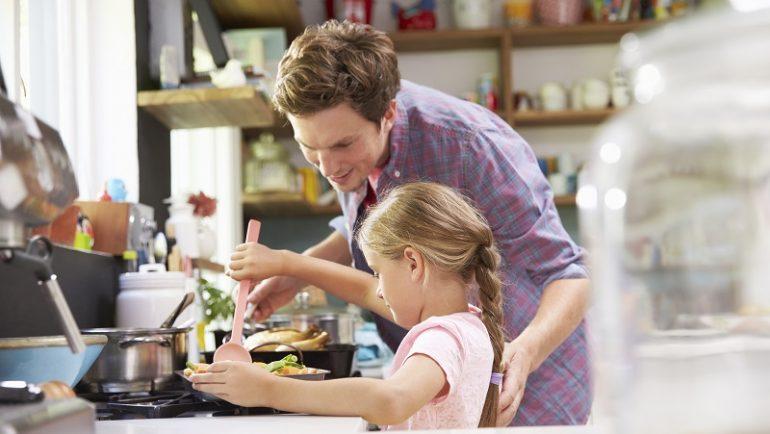 Sommerferietid er lig med tid til børn i køkkenet