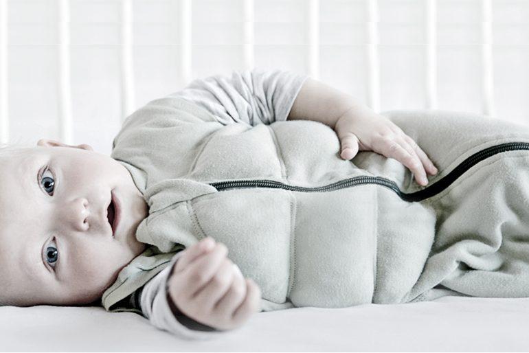 Mor opfinder beroligende baby sovepose